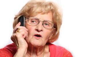 anciana hablando por el móvil