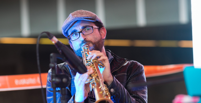 Chico tocando una trompeta